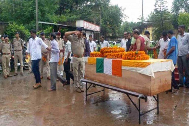 डीजीपी ने दी शहीद को अंतिम सलामी, अपराधियों की अब खैर नहीं